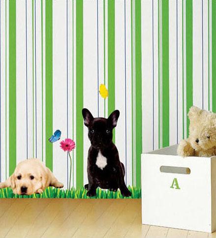 kaksi koiraa nurmikolla seinätarra